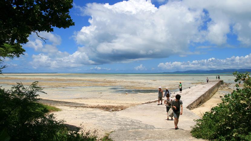 大潮干潮の西桟橋とコンドイビーチ | 沖縄旅情