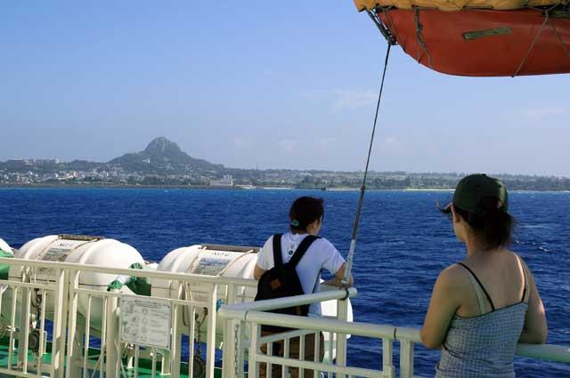 伊江島へと向かうフェリー