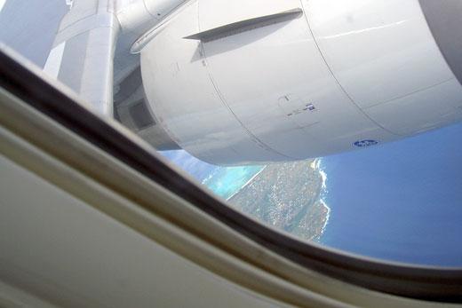 飛行機から見下ろした青い海