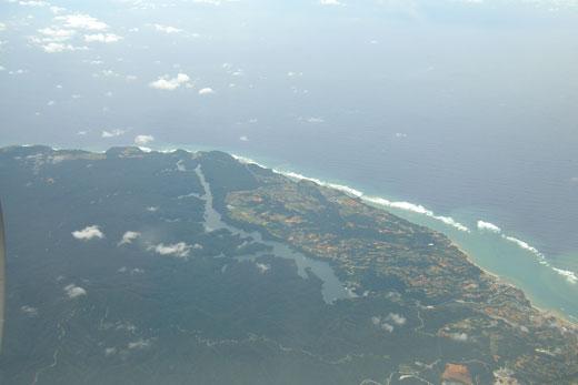 飛行機から見た沖縄本島の海