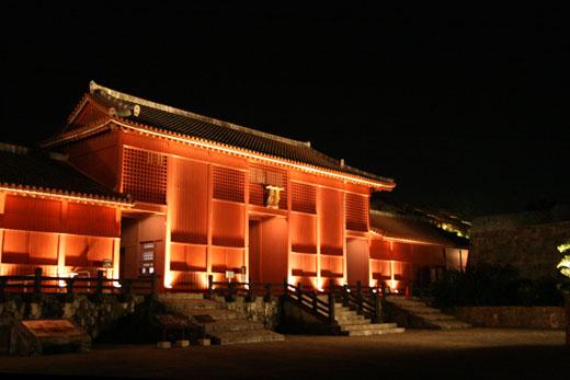 夜にライトアップされた首里城