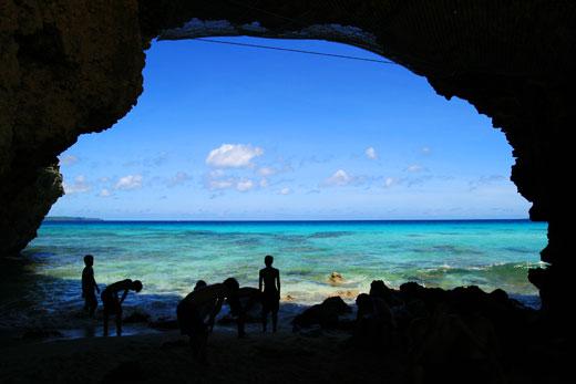 砂山ビーチの岩穴