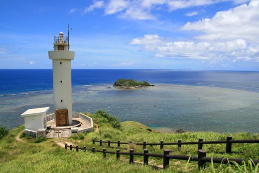 石垣島の最北端 平久保崎の灯台と水平線